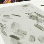 アルミの板にクレヨンのような描画材と墨のような描画材で、描いていきます★