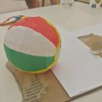 モチーフは、紙風船とビー玉に質感の異なる紙