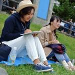 芝生に座って描く人もいます